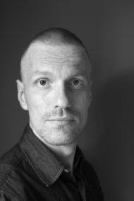 Porträtt föreställande fotograf Kalle Assbring. Fotograferat av Kalle Assbring.